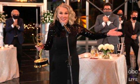 Catherine O'Hara ble tildelt prisen for beste kvinnelige skuespiller i en komedie for rollen i «Schitt's Creek». Foto: The Television Academy / ABC Entertainment via AP / NTB