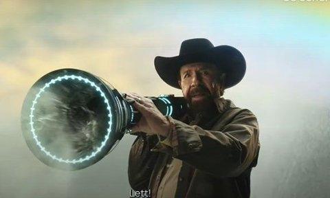 ACTION: Chuck Norris har fått 1,7 millioner for å spille i Akers nye reklamefilm.