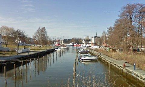 FUNNET DØD: Søndag formiddag ble en mann funnet død i Nøkledypet båthavn på Kråkerøy utenfor Fredrikstad.