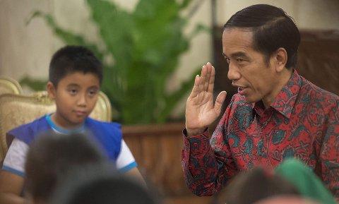 LEI PEDOFILE: Indonesias president Joko Widodo (R) vil innføre en lov som gjør det mulig å dømme pedofile til å bli kjemisk kastrert.