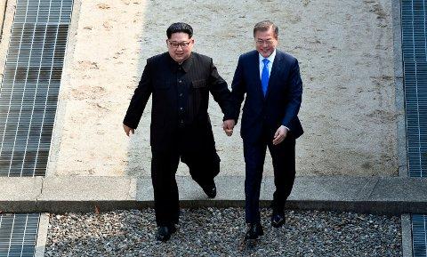 Ting har gått litt i stå siden Nord-Koreas leder Kim Jong-un og Sør-Koreas president Moon Jae-in krysset grenselinjen sammen ved den demilitariserte sonen 27. april i år. De avslutter året med håp om å gjenopprette vei- og jernbaneforbindelser. Arkivfoto: Korea Summit / AP / NTB scanpix