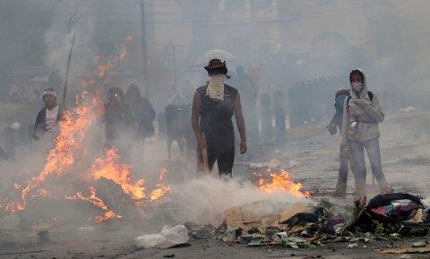 Demonstrasjonene i hovedstaden Quito startet rundt 2. oktober da det ble kjent at statsstøtten på drivstoff ble kuttet. Foto: AP / NTB scanpix