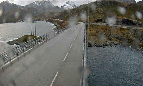 KRAFTIG VIND: Det blåste tirsdag morgen 23 meter i sekundet i Kåkersundet på Flakstad i Lofoten. Dette er ett av områdene som er omfattet av gult farevarsel for kraftige vindkast.