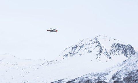FLØY INN MANNSKAPER: Bakkemannskaper ble onsdag morgen satt inn i skredområdet i Sunndalsfjella for å lete etter de fire savnede skigåerne.
