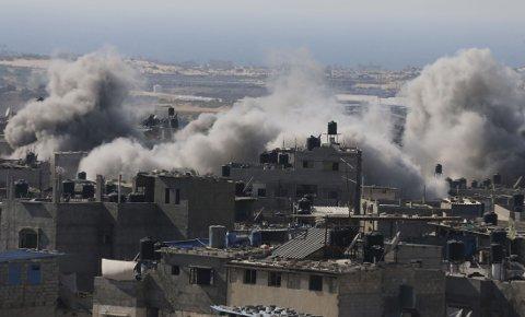 ANGREPENE TRAPPES OPP: Røyk stiger opp etter et luftangrep mot Rafah sør på Gazastripen onsdag.