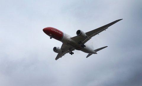 Norwegians Dreamliner er produsert av Boeing. Nå rykker flyprodusenten ut med støtte til Norwegian i prosessen med å få irsk lisens til å fly mellom USA og Europa.
