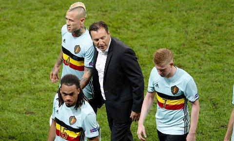 STOR SKRELL: Trener Marc Wilmots (midten) og spillerne skuffet stort da de ga fra seg initiativet i EM-kvartfinalen mot underdogen Wales. Nå er belgierne ute av EM.
