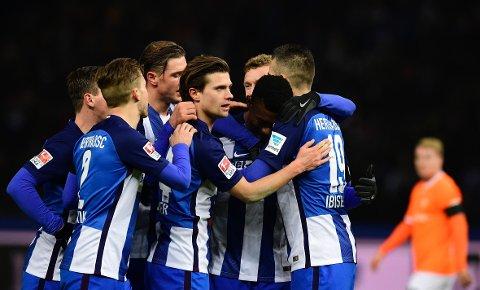 SPESIELL KVELD: Salomon Kalou (nummer to fra høyre) var en av målscorerne da Hertha Berlin klubbens første kamp etter terrorangrepet ved Breitscheidsplatz.