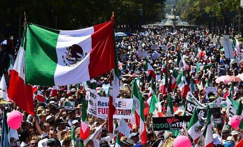 TUSENVIS I PROTEST:Om lag 20.000 personer samlet seg søndag i Mexico by for å demonstrere mot USAs president Donald Trump.