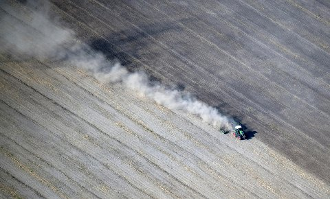 Bildet viser en traktor i Schönhagen øst i Tyskland i august. Foto: Ralf Hirschberger/AP/NTB scanpix