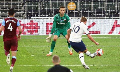 SPIKRET POENGENE: Med denne avslutningen var Harry Kane endelig tilbake som målscorer. Målet mot West Ham var hans første i ligaen siden 28. desember.