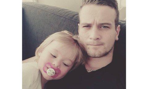 Øystein (29) ble plutselig millionær en ettermiddag da han satt hjemme og trykket på mobilen. Her sammen med datteren Emma Victoria (5), som han var hjemme med mens barnehagen var koronastengt.