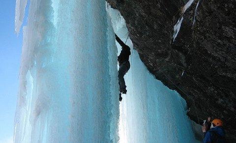 En av de mer erfarne isklatrerne leder opp en mixrute.