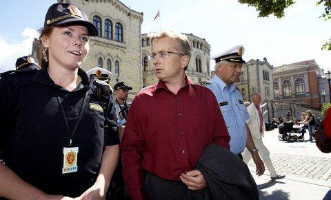 PATRULJE: Her patruljerer justisminister Knut Storberget foran Stortinget sammen med nyutdannede Merete Sørensen og stasjonssjef ved Sentrum politistasjon Bjørn Hansen.