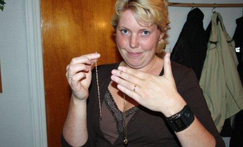 Her viser Christin fram smykkene hun ikke har sett på ni måneder, etter akkurat å ha fått dem av politibetjent Carl Fredrik Dyrkoren.