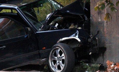 OMKOM: Her omkom en mann etter å ha kjørt inn i dette brokaret på Furuset.