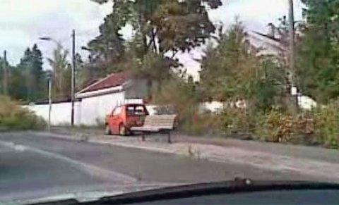 EL-FELT? Her kjører el-bilen forbi på innersiden, det vil si på gangfeltet!