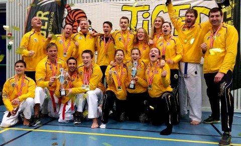"""Tigrene: To gull og tre sølv, og glade """"gule"""" tigre i Voksenhallen. Foto: Privat"""
