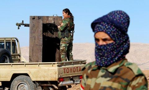 JENTER VED MOSUL: Bildene av de kurdiske kvinnene er tatt ved Bashiqa i nærheten av Mosul torsdag.