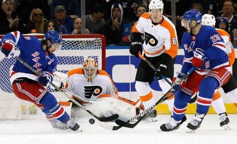 FLYTEN MANGLER: New York Rangers og Mats Zuccarello (til venstre) fikk ikke noen opptur i lokaloppgjøret mot Philadelphia Flyers i Madison Square Garden.
