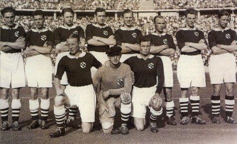 Kapteinen på bronselaget, Jørgen Juve fra fotballklubben Lyn, står ytterst til høyre.