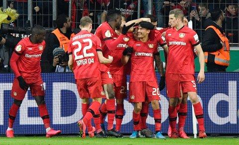 Charles Aranguiz feirer den andre scoringen til Leverkusen i cupkampen mot Union Berlin. Midtbanespilleren blir viktig i kveldens kamp mot Werder Bremen.