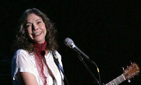 Nanci Griffith opptrer i New York i oktober 2004. Arkivfoto: Julie Jacobson / AP / NTB