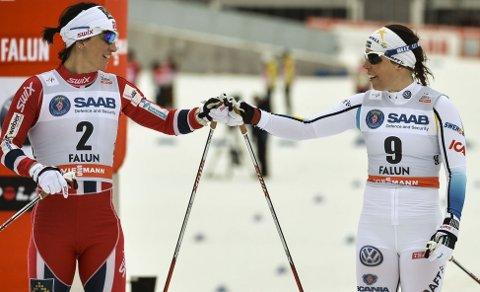 DELER KUNNSKAP: Charlotte Kalla har fått lære av Marit Bjørgen og de andre norske jentene.