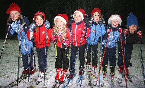 JA: Fra venstre blide 2006-skijenter i Koll: Andrea, Helga, Marie, Stella, Eira, Frida og Johanna. Jentene svarer stort ja på følgende: Flott med lys og ja til mer snø! Foto: Kristin Tufte Haga