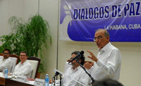 TILBAKE VED FORHANDLINGSBORDET: Colombias forhandlingsleder Humberto de la Calle (til høyre) er tilbake ved forhandlingsbordet med FARC på Cuba.