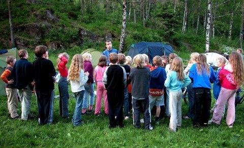 Dagens dugnadsfinansiering av klasseturer har en så høy terskel at de voksnes situasjon legger begrensing på barnas deltakelse, mener talsperson for Norske Kvinners Sanitetsforening.