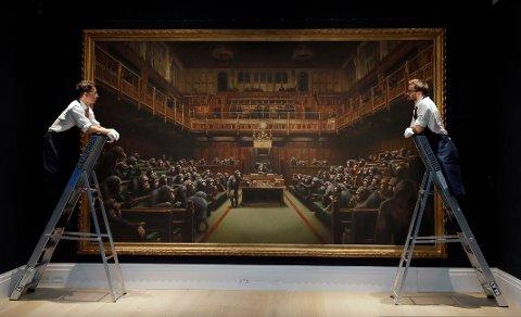 Banksys maleri av det britiske Parlamentet, befolket av sjimpanser, ble torsdag solgt for drøyt 111 millioner kroner under e auksjon i London. Foto: AP / NTB scanpix