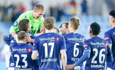 Keeper Iven Austbø og lagkompisene flokket seg rundt Indridi Sigurdssons vakre 3-0-scoring. Frisparkmålet ødela alt håp Molde hadde om å komme tilbake