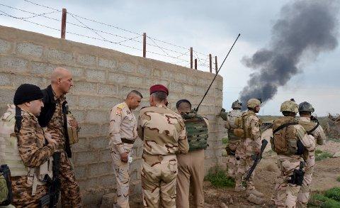 OFFENSIV: Irakiske sikkerhetsstyrker samlet i Abu Ghraib-området vest for Bagdad søndag, der de var i harde sammenstøt med IS-krigere. Tirsdag meldes det at sikkerhetsstyrkene har satt i gang en offensiv mot ekstremistgruppa nord for hovedstaden