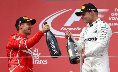 ANDRE SEIER: Mercedes-føreren Valtteri Bottas gratuleres av Ferraris Sebastian Vettel etter finnens andre Formel 1-seier i karrieren på søndag.