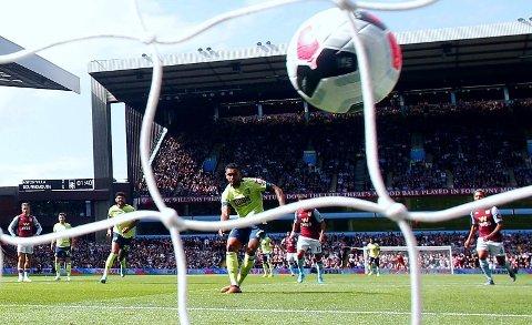 DRØMMESTART: Joshua King sendte Bournemouth foran fra straffemerket nesten umiddelbart i bortekampen mot Aston Villa.