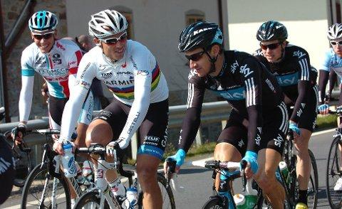 HYGGE: Thor og Kurt i trivelig passiar under Tirreno-Adriaticos tredje etappe. Gilbert og Edvald i bakgrunnen ser heller ikke ut til å mistrives.