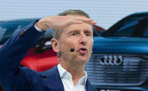 TABBE: Herbert Diess, konsernsjef i Volkswagen AG, under et møte med media 12. mars 2019. (Christophe Gateau/dpa via AP)