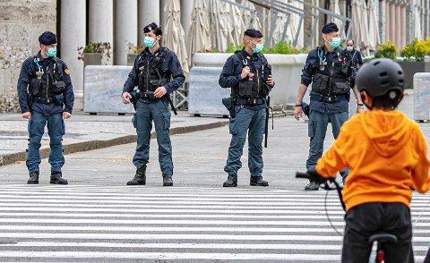 Italiensk politi fører et strengt sikkerhetsregime i Bergamo etter at de har begynt å lempe på smitteverntiltakene. En ny studie viser at det er 30 ganger så høy forekomst av en sjelden barnesykdom i provinsen Bergamo enn normalt.