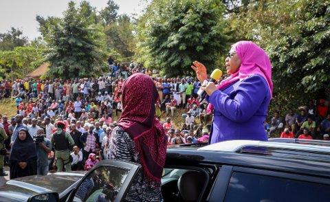 Samia Suluhu Hassan (t.h.) ble fredag Tanzanias første kvinnelige president. Hassan var visepresidenten til president John Pombe Magufuli, som døde onsdag. Her taler hun til frammøtte ved et besøk til Tanga-regionen nordøst i landet tirsdag. Foto: AP / NTB