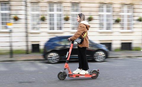 NYE REGLER: Både politi og Statens vegvesen kan nå skrive ut gebyr på 3000 kroner om du har med deg passasjer på el-sparkesykkelen.