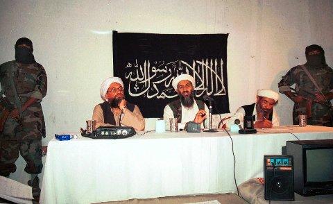 Ayman al-Zawahri (til venstre ved bordet) og daværende al-Qaida-leder Osama bin Laden under en pressekonferanse i Afghanistan i 1998. Egyptiske al-Zawahri overtok ledelsen av al-Qaida da bin Laden ble drept av amerikanske spesialstyrker i Pakistan i 2011. Foto: AP / NTB