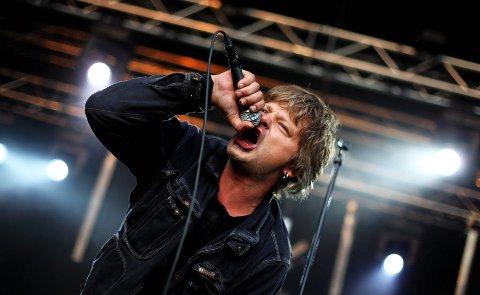 GJENFORENT TRØNDELAGSPUNK: «Prepple» Houmb i Wannskrækk spilte skjorta av publikum i en sjelden gjenforening av punkbandet på fredag.