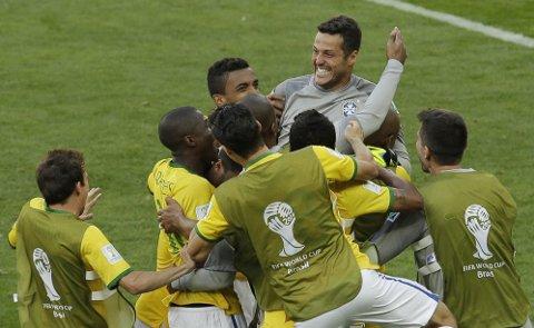 HELTEN: Keeper Julio Cesar ble Brasils store helt da han reddet to av Chiles straffespark og sendte hjemlandet videre i VM.