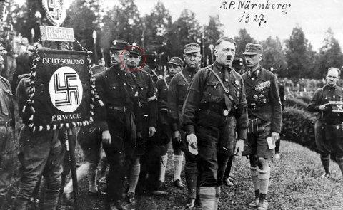 HESS OG HITLER: Hess var en nær støttespiller til Adolf Hitler. Her er de to fotografert på en NSDAP-samling i 1927. Rudolf Hess er markert med rød ring. Til venstre for Hess i bildet står Heinrich Himmler.