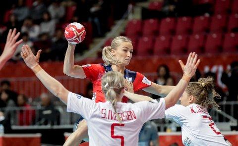 TØFF START: Stine Bredal Oftedal og Norge fikk en tøff start i søndagens VM-kamp mot Danmark.