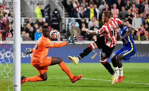PÅ TRYNET: Chelsea-målvakt Edouard Mendy hindet Brentford-scoring og poengtap med alle midler i lørdagens kveldskamp i Premier League. Her avverger han en avslutning fra svenske Pontus Jansson med ansiktet.