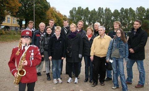 ENIGE: Agnes Bergholt (10) fra Grefsen Skolekorps slår an tonene for denne enige gjengen på Grefsenbanen – fra venstre bak: Trond Vinje (leder i driftsstyret), Hans Erik Lie (Idrettens samarbeidsutvalg Nordre Aker), Eline Moe Melgalvis (Oslo Musikkråd), Erik Borge Skei (Grefsen FAU), Max Hammergren (Grefsen Skoles Strykeorkester), Roald Fevang (styremedlem Grefsen Pikekor), Lise Hammergren (leder Grefsen Skoles Strykeorkester), Anton Rygg (rektor), May-Brith Døssland (nestleder BU og politisk representant i Idrettens samarbeidsutvalg), Per Ekstrøm (Kjelsås Idrettslag), Bent Gether-Rønning (leder BU), Hans Petter Verne (leder Grefsen Skolekorps), Unni Færøvik (leder Nordre Aker musikk- og kulturutvalg), Robert Gausen (Oslo Idrettskrets).