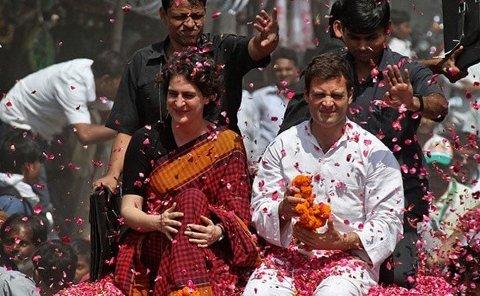 Priyanka Gandhi hylles sammen med broren og Kongresspartiets leder og statsministerkandidat, Rahul Gandhi.