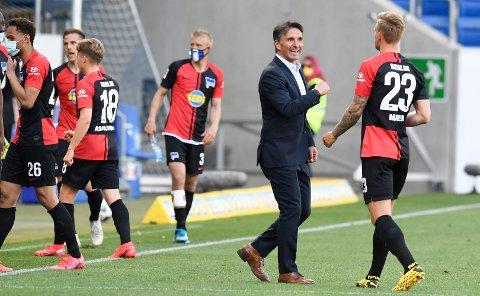 Bruno Labbadiahar fått en drømmestart som Hertha-sjef. Han ledet laget til 3-0-seier mot Hoffenheim i sin første kamp. Her feirer han seieren sammen med Arne Maier (t.h) etter seieren i Sinsheim.